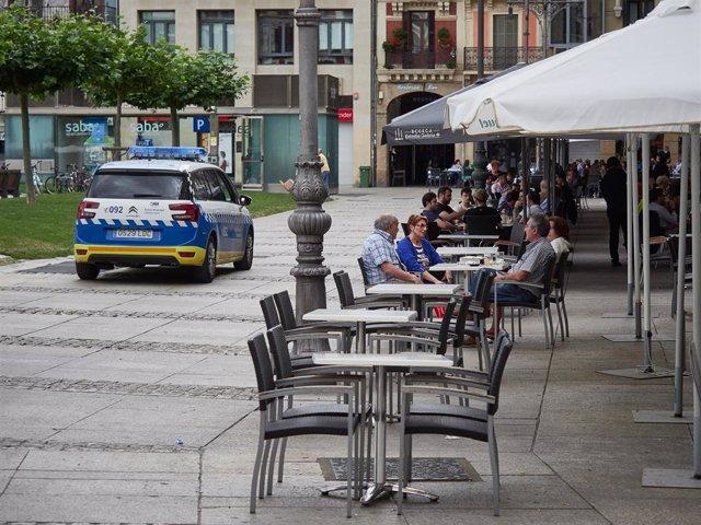 Archivo - Policía Municipal de Pamplona controla el cumplimiento de las normas sanitarias de la fase 2 en las terrazas del centro de Pamplona en las jornadas previas a la entrada en la fase 3 de la desescalada en Pamplona, Navarra, España, a 6 de junio de