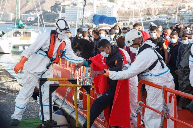 Archivo - Trabajadores de Cruz Roja ayudan en el Muelle a trasladar a migrantes que han interceptado en aguas canarias, en Gran Canaria.