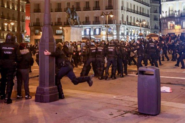 Varios agentes de la Policía Nacional en la protesta a favor de Pablo Hasél en la Puerta del Sol el pasado 17 de febrero