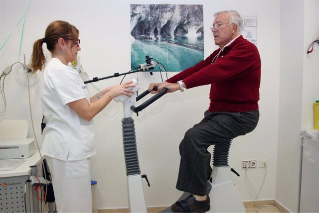 Archivo - El Peset de València realiza un programa de ejercicio para mejorar la calidad de vida de personas con fibrosis pulmonar idiopática