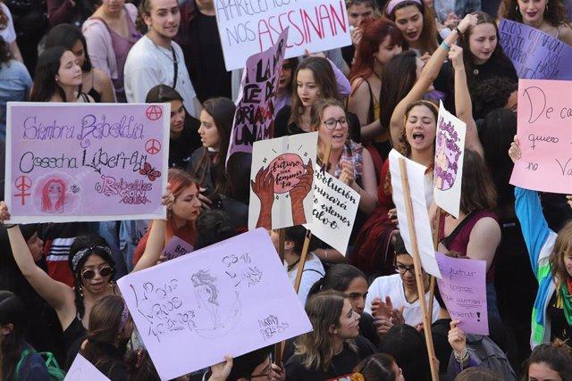 Archivo - Numerosas mujeres portan pancartas con proclamas feministas en Palma durante una manifestación de estudiantes convocada por el Moviment Feminista de la ciudad.