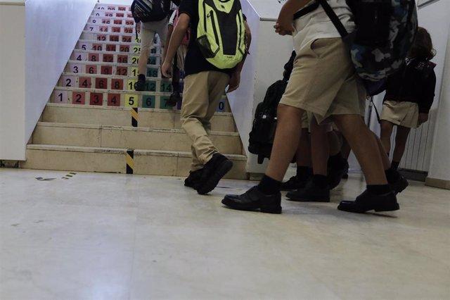 Archivo - Niños subiendo escaleras de un colegio