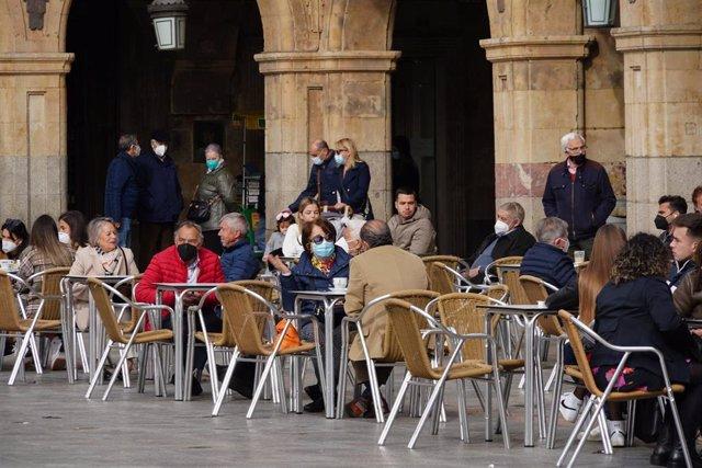Varias personas en la terraza de un restaurante en el primer día en el que se retrasa el cierre de la hostelería a las 22 horas en la Plaza Mayor de Salamanca, Castilla y León (España), a 26 de febrero de 2021.