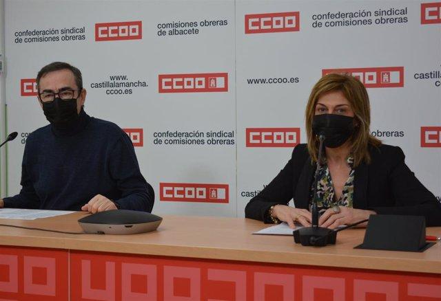 El secretario regional de CCOO, Paco de la Rosa, y la secretaria en Albacete, Carmen Juste, en rueda de prensa.