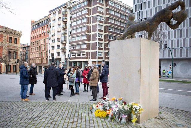 Representantes del Ayuntamiento de Pamplona colocan flores en homenaje a las víctimas de ETA