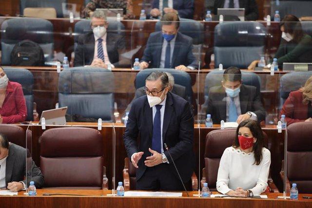El consejero madrileño de Justicia, Interior y Víctimas, Enrique López (centro), junto a la consejera de Presidencia, María Eugenia Carballedo (d), interviene durante una sesión plenaria en la Asamblea de Madrid (España), a 18 de febrero de 2021. El pleno