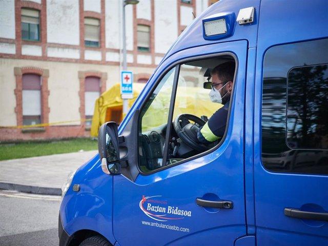 Archivo - Una ambulancia del 112 entra en el Complejo Hospitalario de Navarra durante a Pandemia Covid-19  en Abril 28, 2020 en Pamplona, Navarra, España
