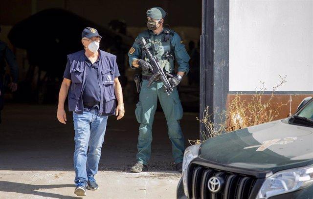 Archivo - Trabajador de Aduanas en un operativo contra el narcotráfico