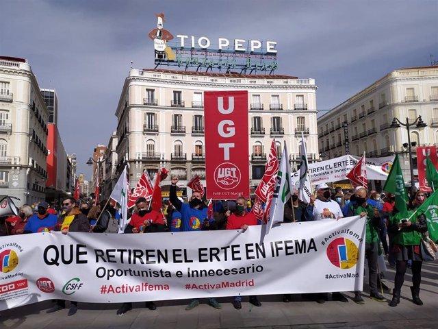 Trabajadores de Ifema se concentran en la Puerta del Sol para pedir la eliminación del ERTE.