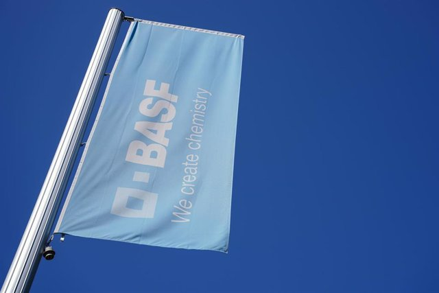 """Archivo - FILED - 27 April 2020, Rhineland-Palatinate, Ludwigshafen: A blue flag with the word """"BASF"""" is seen at the main factory of the chemical company BASF. The company is expected to cut around 2000 jobs. Photo: Uwe Anspach/dpa"""