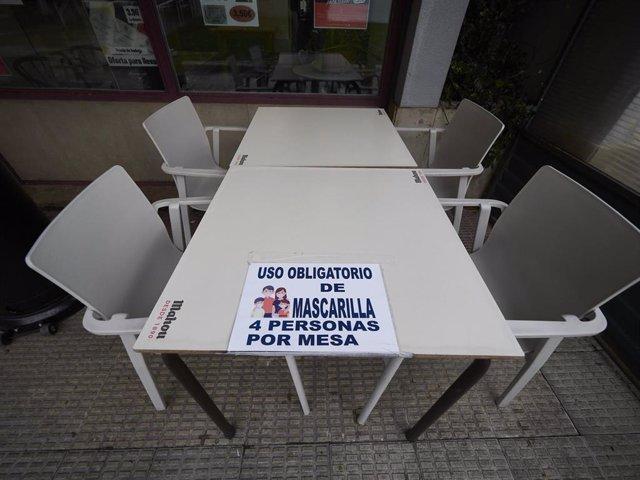 Archivo - Terrazas con cárteles de limitaciones en Pamplona, Navarra (España), a 17 de diciembre de 2020. Navarra reabre hoy el interior de los locales de hostelería con aforo al 30% tras casi dos meses de cierre por las restricciones frente al Covid-19.