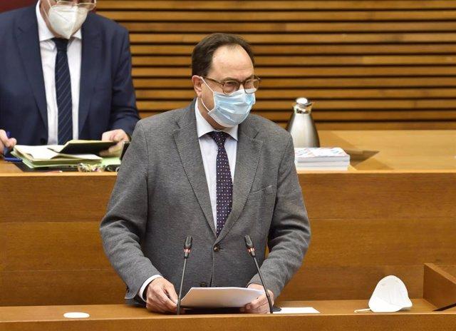 El conseller de Hacienda, Vicent Soler, comparece en Corts