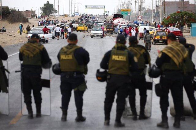 Archivo - Despliegue policial en Perú