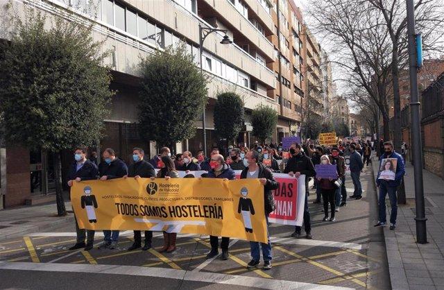 Hosteleros de Valladolid se manifiestan por la sistuación del sector como consecuencia de los cierres y limitaciones establecidos por la pandemia.