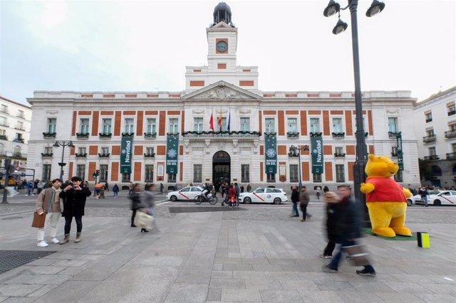 Archivo - Fachada de la Casa de Correos (actual sede del Gobierno de la Comunidad de Madrid) en la que se encuentra el Reloj de la Puerta del Sol