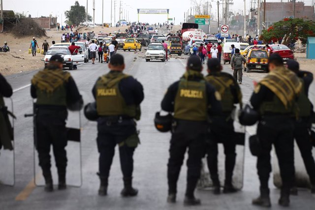 Archivo - 21 December 2020, Peru, Ica: Police officers stand in front of workers of the Agro Exporters who block a road during a protest for not approving the new agricultural law. Photo: El Comercio/GDA via ZUMA Wire/dpa