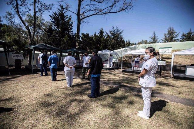 Archivo - Trabajadores sanitarios hacen cola para vacunarse en México.