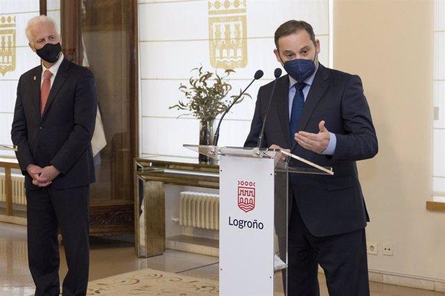 El ministro de Transportes, Movilidad y Agenda Urbana, José Luis Ábalos, en comparecencia de prensa junto al alcalde de Logroño, Pablo Hermoso de Mendoza