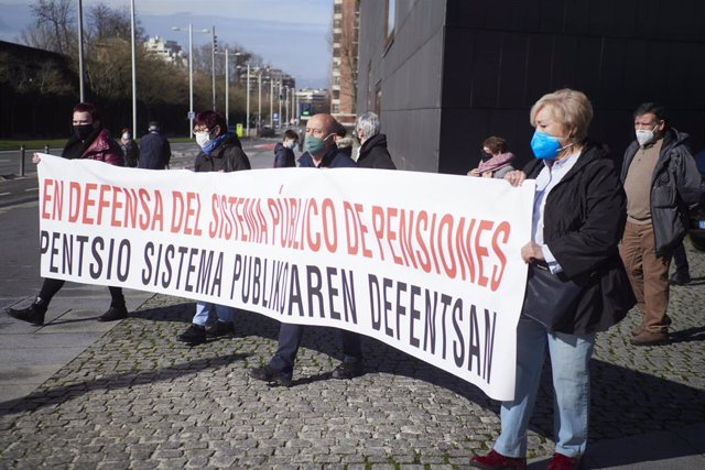 Varias personas participan en una manifestación contra las propuestas del Pacto de Toledo y en defensa del sistema público de pensiones, en Pamplona, Navarra (España), a 13 de febrero de 2021. Esta manfiestación ha sido convocada por Amona, Oneka, Pentsio