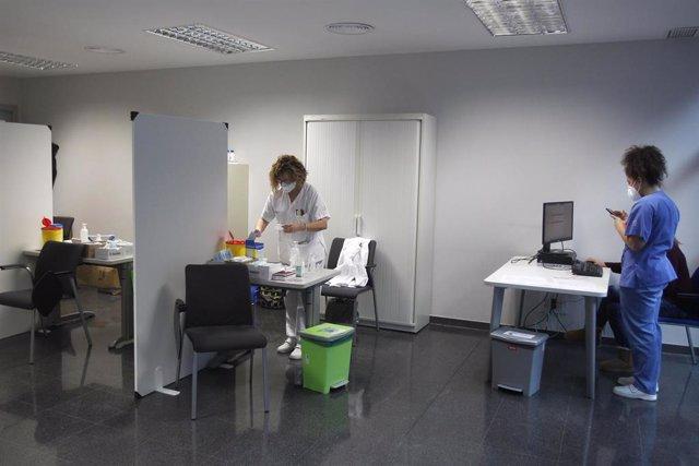"""Archivo - Baleares comienza a vacunar a docentes e """"intensifica"""" la vacunación de mayores de 80 años."""