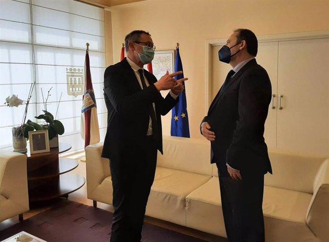El presidente del Partido Riojano, Rubén Antoñanzas, ha mantenido un breve encuentro esta mañana con el ministro de Transportes, Movilidad y Agenda Urbana, José Luis Ábalos. Antoñanzas