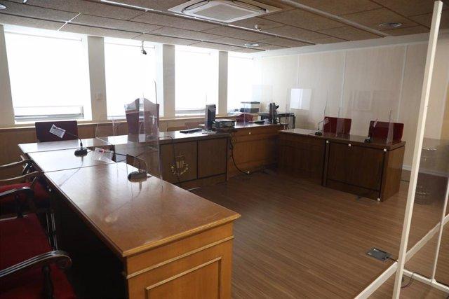 Archivo - Mamparas de separación en el estrado de una de las salas de los nuevos juzgados y la fiscalía de lo social en Madrid