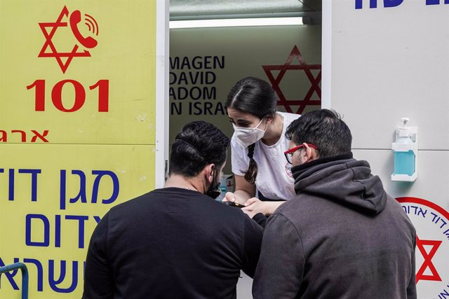 24 February 2021, Israel, Jerusalem: People wait outside a mobile clinic of Magen David Adom parked at the Mahane Yehuda Market to receive their dose of the Pfizer/BioNTech COVID-19 vaccine. Photo: Nir Alon/ZUMA Wire/dpa
