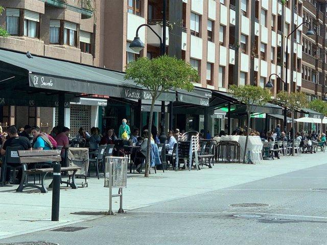 Archivo - Terraza abierta en la plaza Europa de Piedras Blancas.