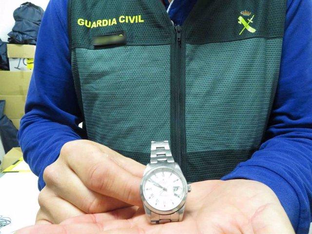 Uno de los relojes incautados por la Guardia Civil.