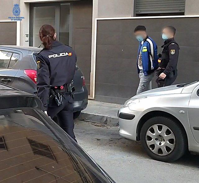 Momento en que los agentes de la Policía detienen a uno de los presuntos autores del robo de un reloj de alta gama a un cliente de un hotel de Palma.