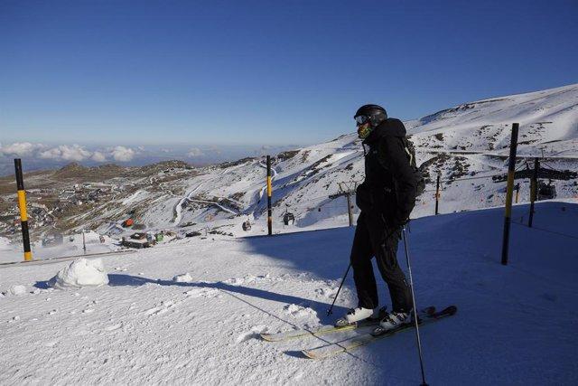 Archivo - Esquiadores  con mascarillas en la estación de esquí de Sierra Nevada, en el inicio de la temporada