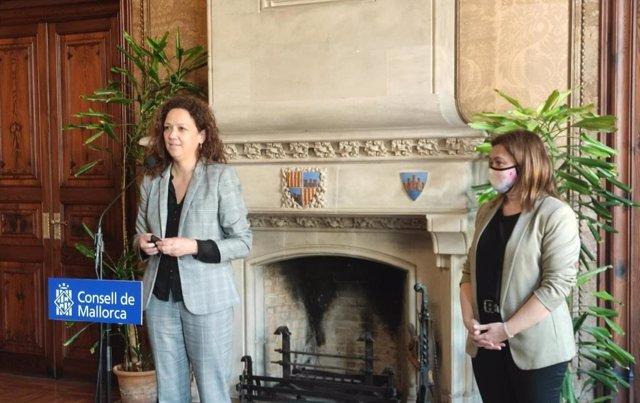 La presidenta del Consell de Mallorca, Catalina Cladera, junto a la consellera de Presidencia, Función Pública e Igualdad del Govern, Mercedes Garrido.