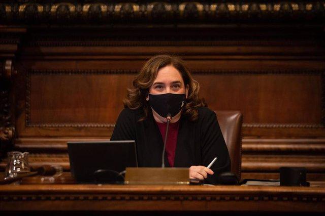 La alcaldesa de Barcelona, Ada Colau, durante una sesión plenaria del Consejo municipal del Ajuntament de Barcelona, Catalunya (España), a 26 de febrero de 2021. El pleno tiene lugar 10 días después del encarcelamiento del rapero Pablo Hasel en el centro
