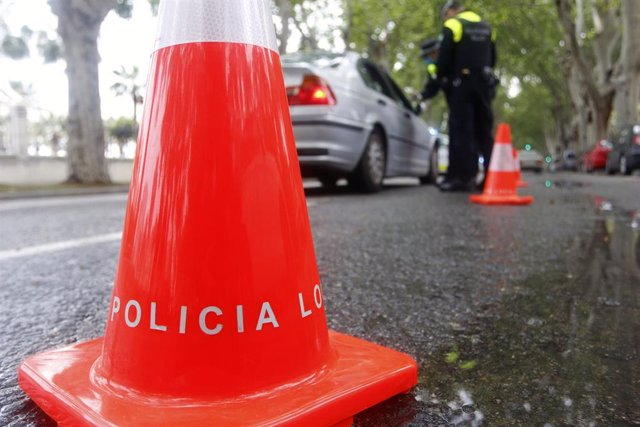 Archivo - Efectivos de la Policía Local de Málaga, durante la realización de controles de tráfico aleatorios. En Málaga,( Andalucía, España), a 15 de abril de 2020.