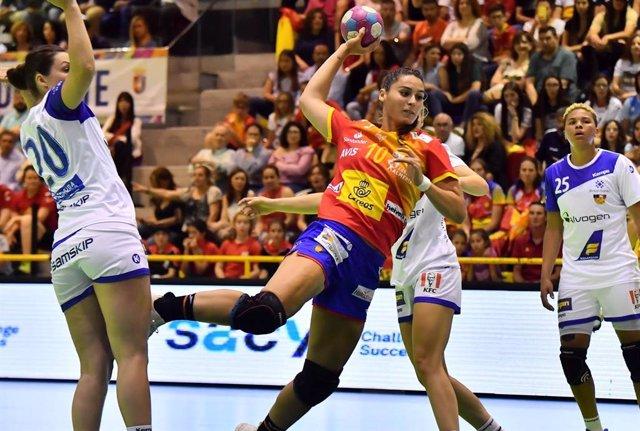 Archivo - Eli Cesáreo, durante un partido con la selección española de balonmano femenino.