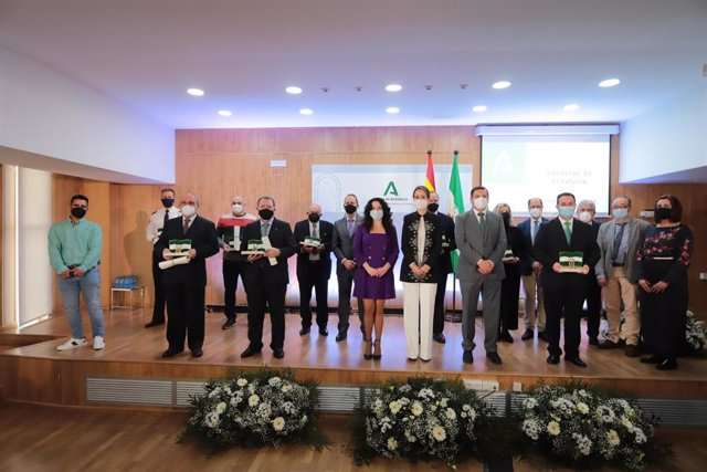 La consejera de Igualdad, Políticas Sociales y Conciliación, Rocío Ruiz, con las personas y entidades distinguidas con la Bandera de Andalucía de Huelva 2021.