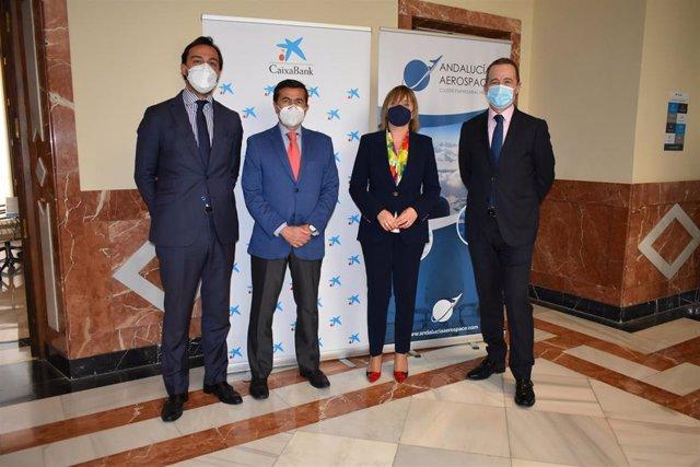 Directora de CaixaBank en Andalucía Occidental, Maria Jesús Catalá, junto al director gerente de Aerospace, Juan Román; el tesorero de la asociación, Fernando Esquivel, y el director comercial de Empresas de CaixaBank en la región, Guillermo Martín.