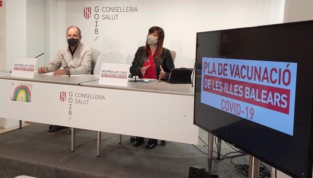 El director general del Servei de Salut, Juli Fuster, y la directora general de Salud Pública y Participación, Maria Antònia Font, en rueda de prensa.