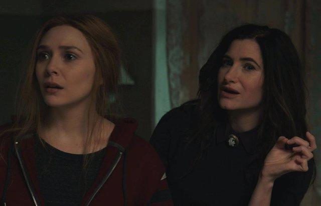 Elizabeth Olsen es Wanda Maximoff  y Kathryn Hahn es Agatha Harkness en WandaVision