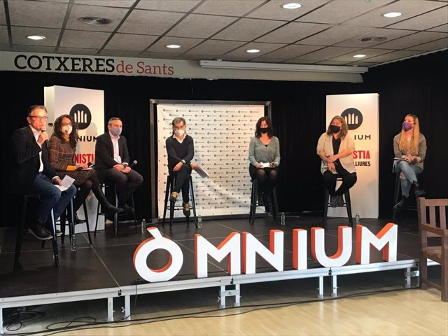 El president d'Òmnium Cultural, Jordi Cuixart, amb Laia Serra; Josep Maria Jové; Marta Garsaball; Tània Verge; Josep Lluís Alay i Ylènia Morros