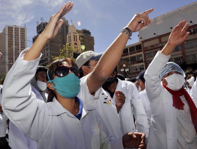 Archivo - Imagen de archivo de médicos bolivianos durante una manifestación.