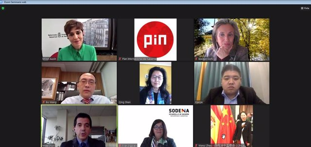 El consejero Irujo (abajo a la izquierda) interviene en el encuentro digital junto con Izaskun Goñi, Pilar Irigoien y Miren Ausín, ante una representación de empresas chinas