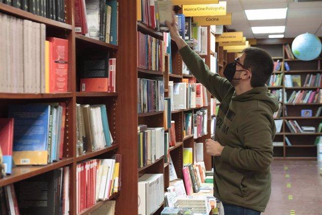 Un trabajador coloca libros en una librería abierta durante una jornada marcada por la reapertura de la actividad no esencial, en Logroño, La Rioja, (España), a 22 de febrero de 2021. Desde este lunes 22 de febrero, La Rioja se ubica en el nivel 4 de los