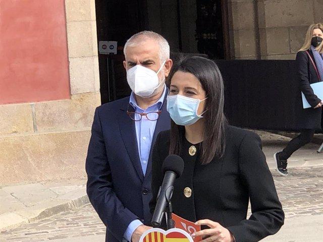 La presidenta de Cs,  Inés Arrimadas, al costat del líder de Cs a Catalunya, Carlos Carrizosa, davant el Parlament de Catalunya el 26 de febrer del 2021.