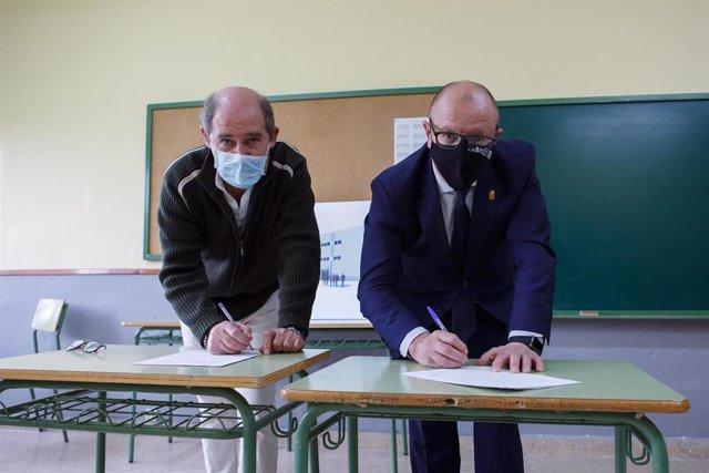 El consejero de Educación, Carlos Gimeno, y el alcalde de Aoiz, Ángel Martín Unzué