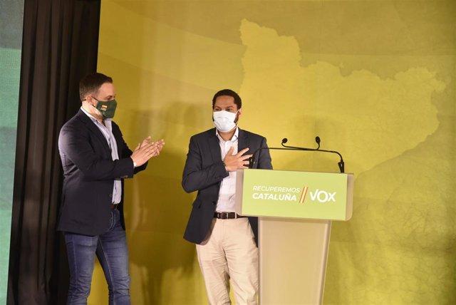 El líder de Vox, Santiago Abascal (i), y el candidato de Vox a la presidencia de la Generalitat, Ignacio Garriga