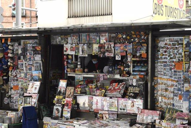 Archivo - Un trabajador dentro de su quiosco que permanece abierto en el sexto día de confinamiento por coronavirus, siendo uno de los pocos establecimientos que tienen permitida su apertura durante el estado de alarma, en Madrid (España), a 20 de marzo d