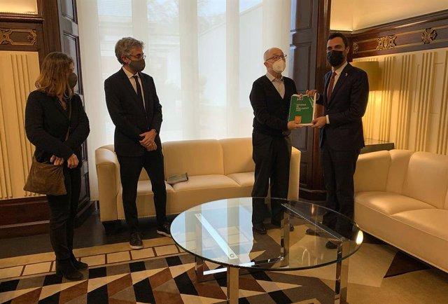 El president del Parlament, Roger Torrent (D), rep de mans del Síndic de Greuges, Rafael Ribó, el seu informe de l'any 2020, acompanyat dels adjunts Jaume Saura i María Jesús Larios, aquest divendres 26 de febrer del 2021.