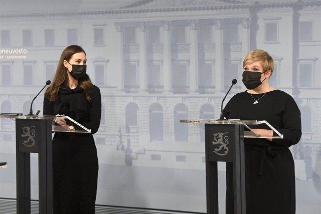 La primera ministra de Finlandia, Sanna Marin (I), y la ministra de Ciencia y Cultura, Annika Saarikko, en una rueda de prensa.