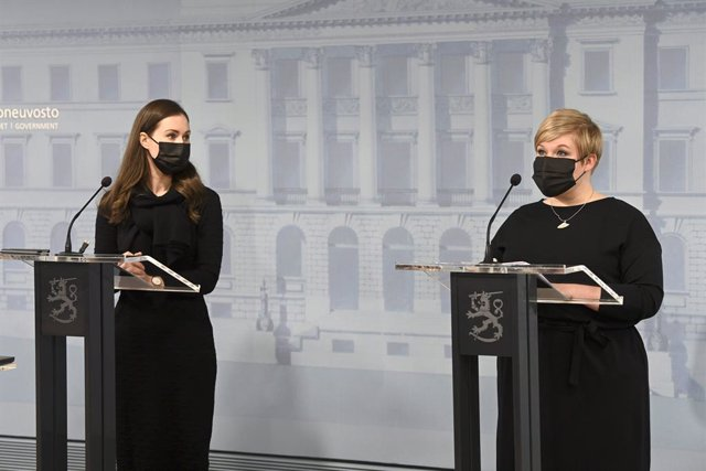 25 February 2021, Finland, Helsinki: Sanna Marin (L), Prime Minister of Finland, and Minister of Science and Culture Annika Saarikko attend a press conference. The Finnish government on Thursday said it would close restaurants and bars for three weeks in
